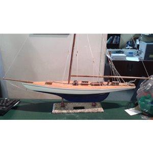 Model ship Defender 60cm marble base no sails